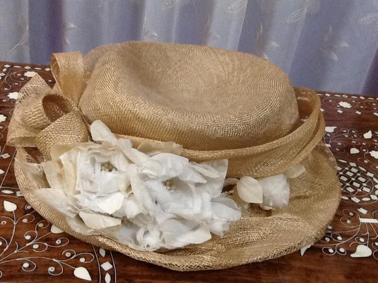 帽子につけた絹の花